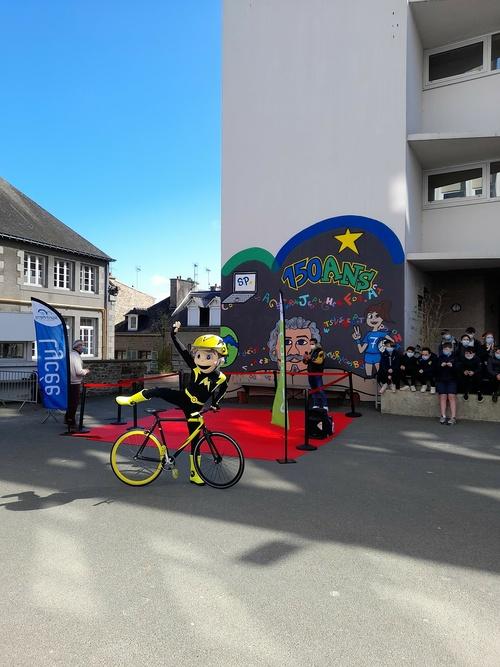 Visite surprise de Maxoo, mascotte du Tour de France